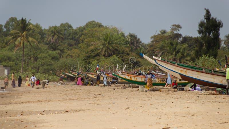 在天堂海滩附近的渔船在冈比亚 库存图片