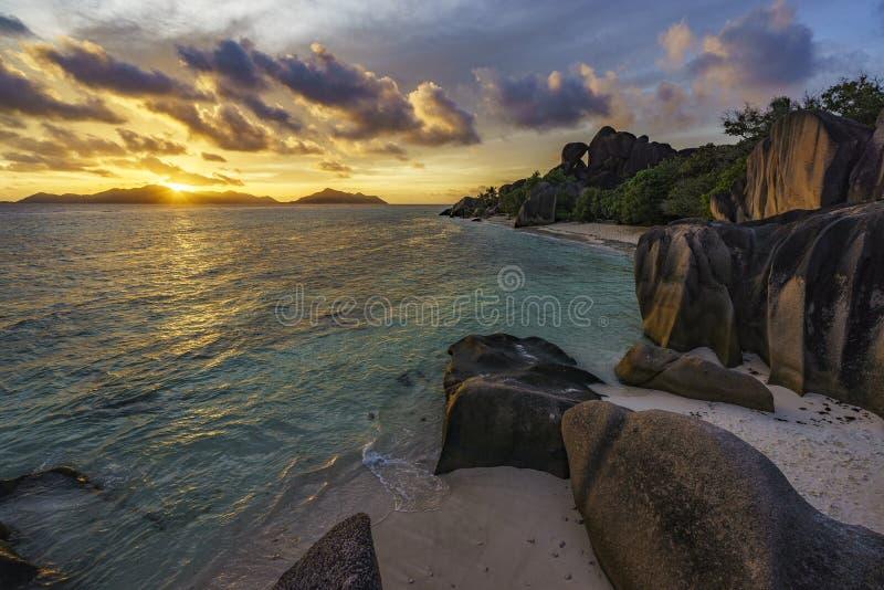 在天堂海滩, anse银来源d的`, la digue, seychelle的日落 免版税库存图片