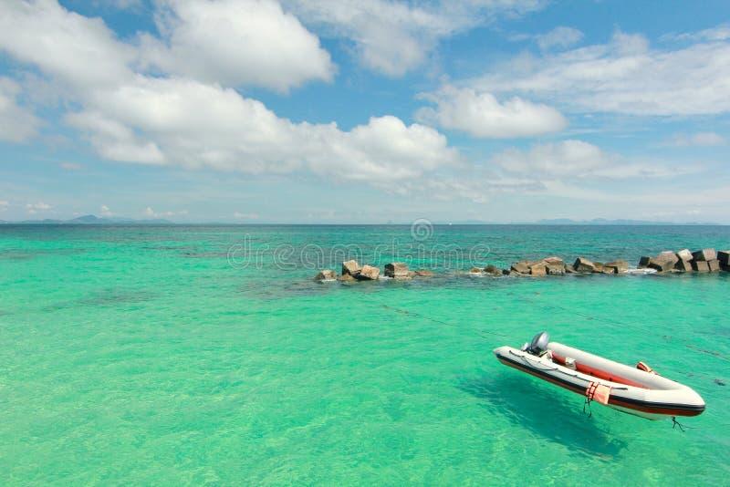 在天堂海滩的小船在酸值maiton海岛,普吉岛,泰国 免版税库存照片