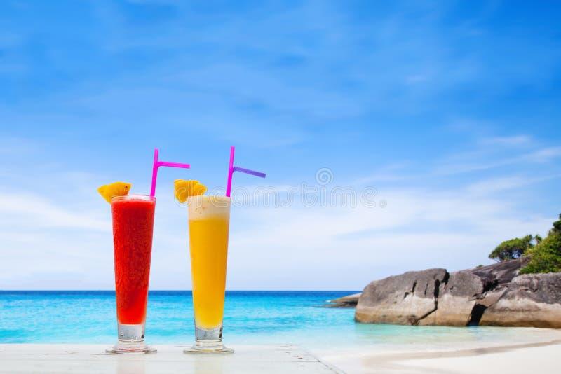在天堂的水果鸡尾酒靠岸,杯夫妇圆滑的人 免版税库存照片