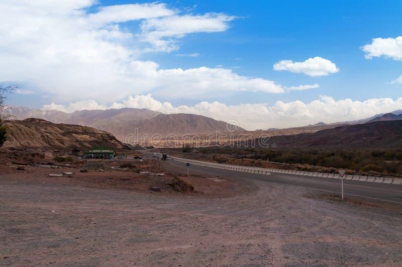 在天山山的路 免版税库存照片