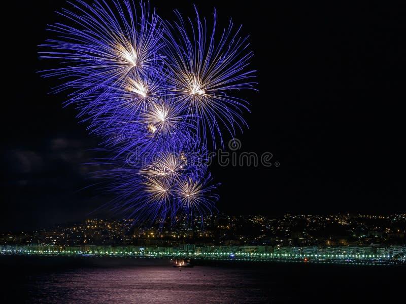 在天庆祝7月14日的烟花在尼斯 免版税库存图片