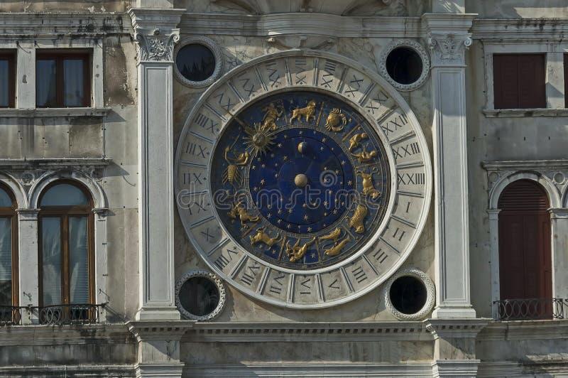 在天文学或黄道带时钟的特写镜头,被找出圣马可广场, Venezia,威尼斯,意大利的北边 免版税库存图片