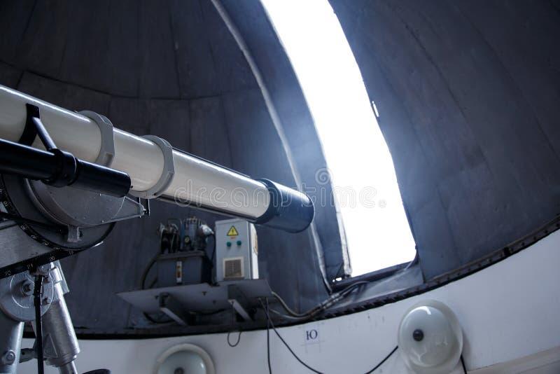 在天文学观测所下圆顶的大望远镜  库存图片