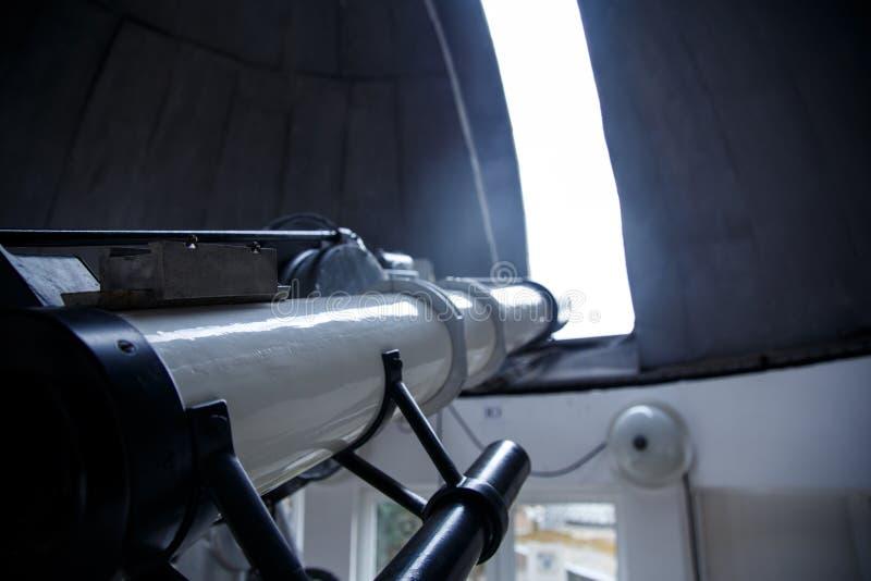 在天文学观测所下圆顶的大望远镜  库存照片