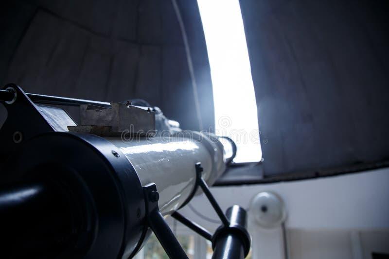 在天文学观测所下圆顶的大望远镜  免版税图库摄影