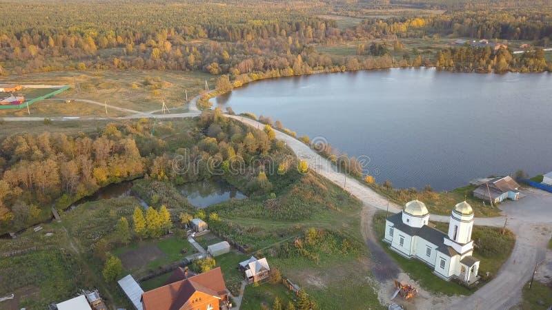 在天期间,村庄镇、教会和美丽的河海湾空中都市风景地平线视图  美好的都市风景,日出 免版税库存图片