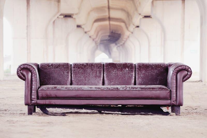 在天桥下的被破坏的沙发 免版税图库摄影