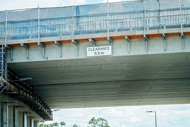 在天桥的顶上的清除标志建设中 免版税库存图片