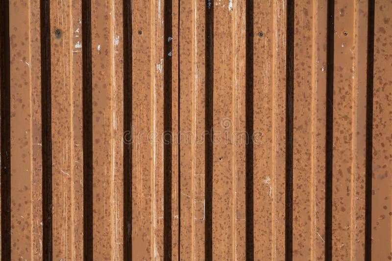 在天气情况的生锈的金属门表面纹理 免版税库存照片