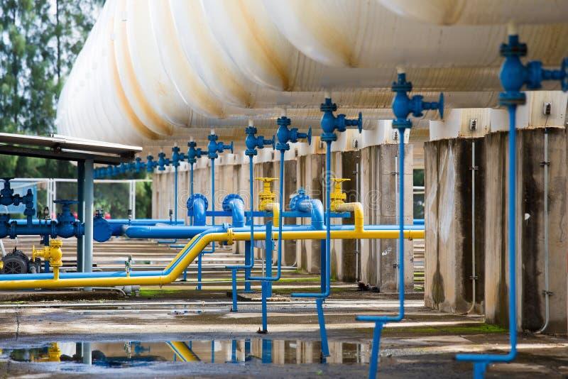 在天然气加工厂,压力安全阀和排气管的阀门用管道输送 库存图片