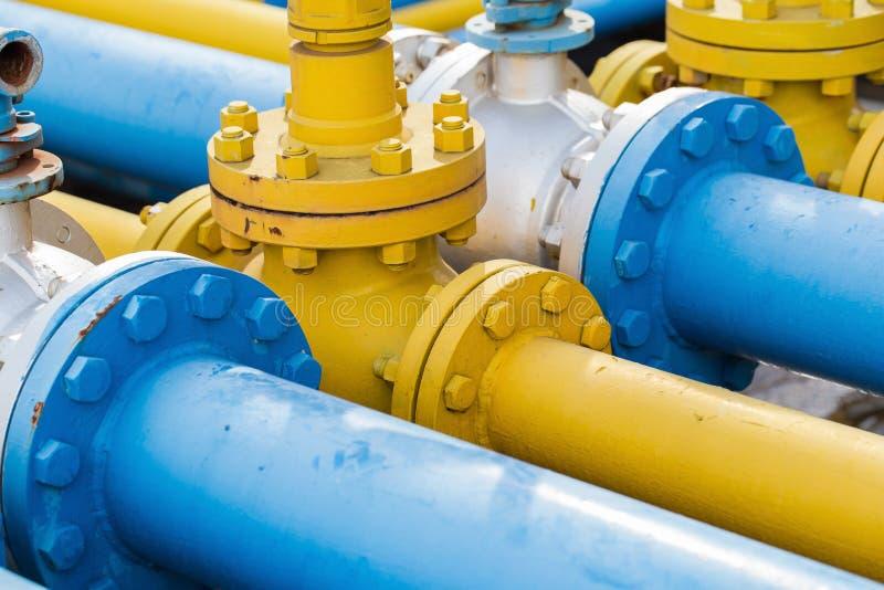 在天然气加工厂,压力安全阀选择聚焦的阀门 免版税库存图片