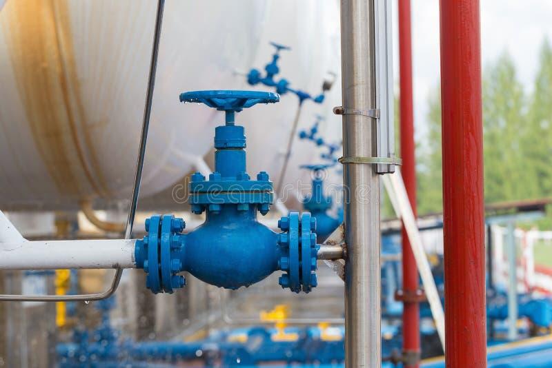 在天然气加工厂,压力安全阀选择聚焦的阀门 免版税图库摄影