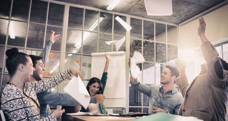 在天空中庆祝商人投掷的纸 图库摄影