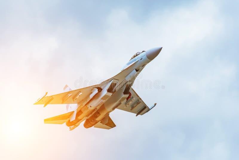 在天空中迅速离开战斗机 库存图片