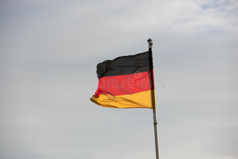 在天空前面的德国旗子 免版税图库摄影