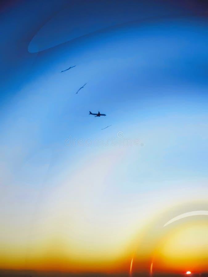 在天空和太阳设置的平面剪影 向量例证