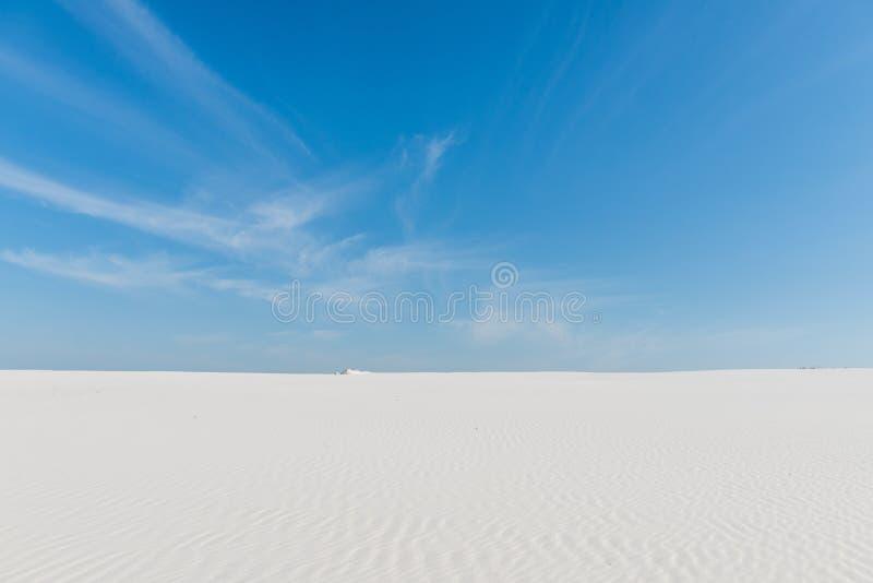 在天空和沙子之间的地平线在沙漠 免版税库存图片