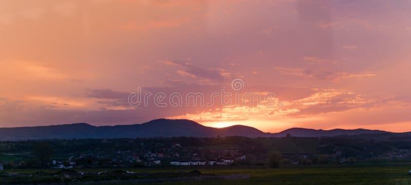 在天空夏天日落的抽象背景颜色火在山 免版税库存照片