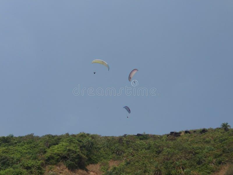 在天空果阿的滑翔伞 免版税库存照片