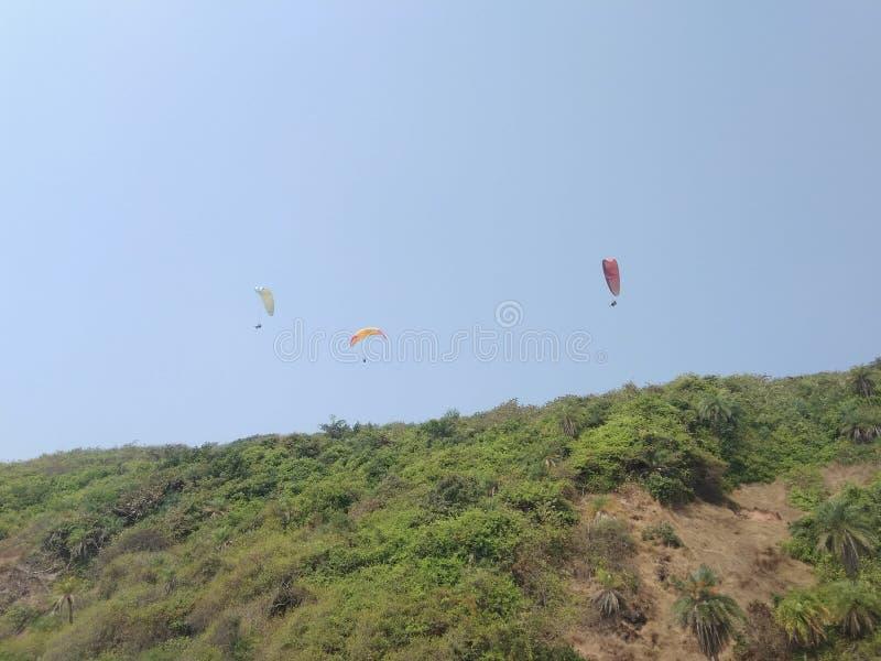 在天空果阿的滑翔伞 免版税库存图片