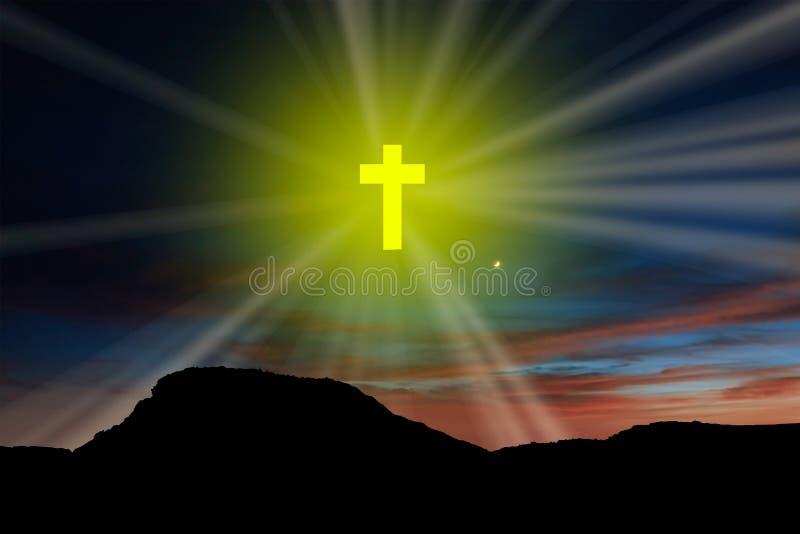 在天空的一个黄色十字架与在山的光芒 图库摄影