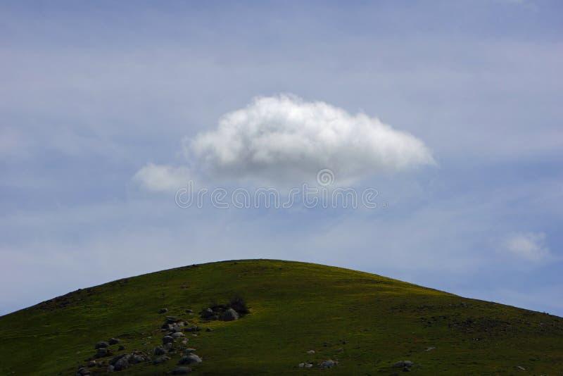 在天空的云彩坐在一个遥远的山坡顶部在维多利亚,澳大利亚 免版税库存照片