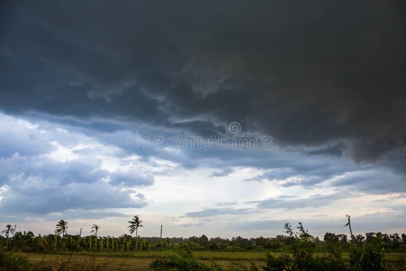 在天空的云彩打算下雨 免版税库存图片