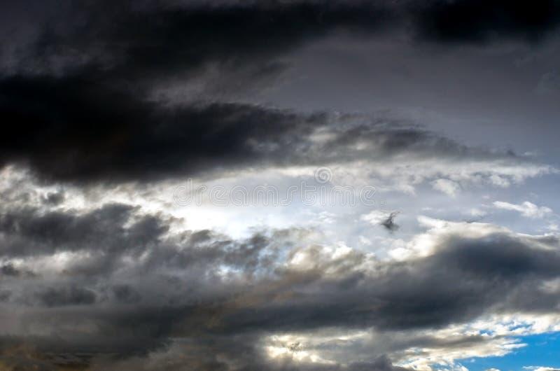 在天空的五颜六色和剧烈的日落暴风云 天气,雷暴,Cloudscape背景 免版税图库摄影