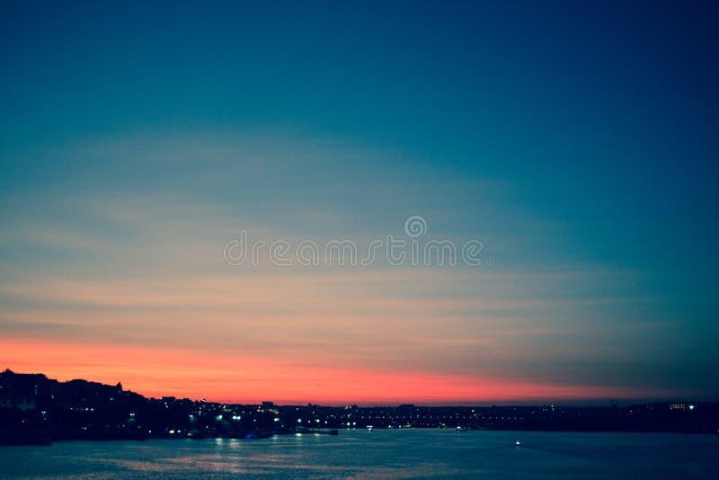 在天空的五颜六色和轻的云彩 免版税图库摄影