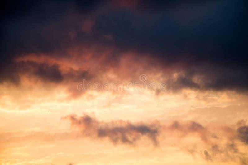 在天空的五颜六色和轻的云彩 免版税库存图片