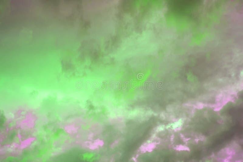 在天空的五颜六色的淡色云彩在日落,在雷暴,定调子在红色和桃红色的照片的作用以后的剧烈的云彩 图库摄影