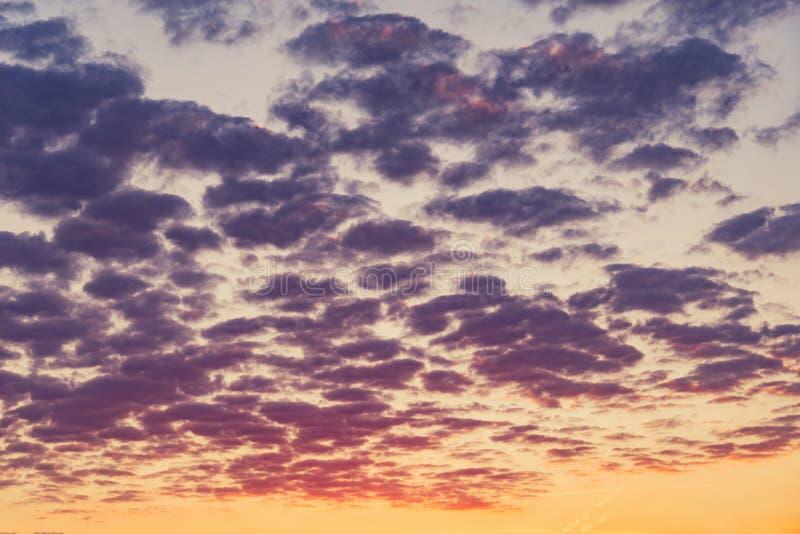 在天空的令人惊讶的cloudscape在日落时间 免版税库存照片