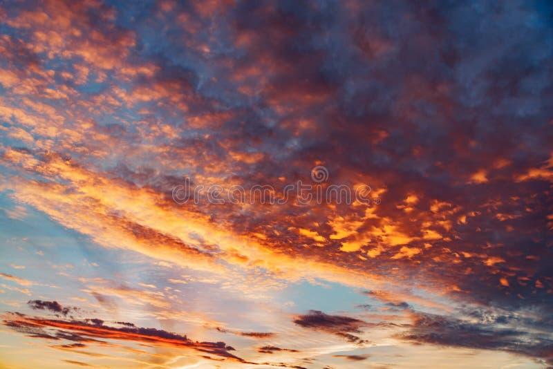 在天空的令人惊讶的cloudscape在日落时间 库存图片