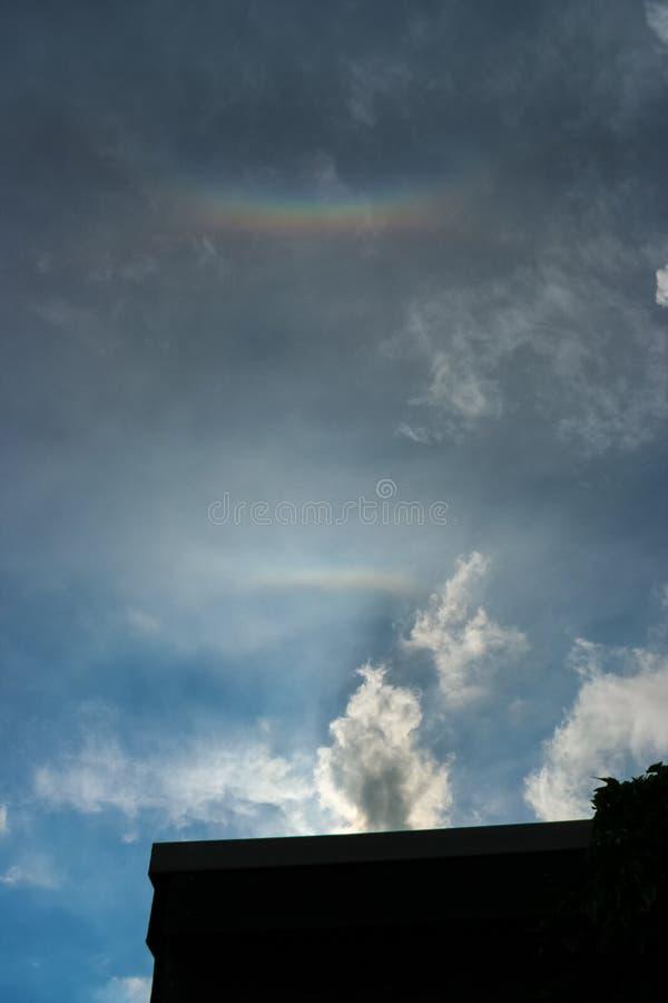 在天空的光晕现象 近天顶的弧和上部正切弧与彩虹颜色明显地是可看见的 免版税图库摄影