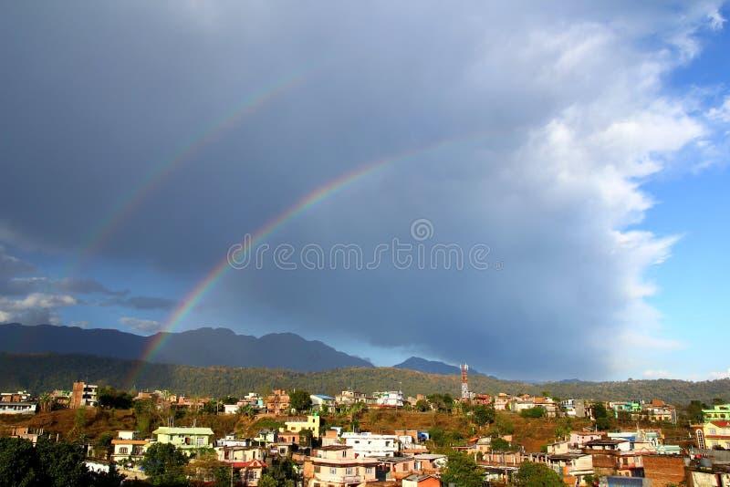 在天空的双重彩虹在雨以后 黑道达,尼泊尔 免版税库存图片