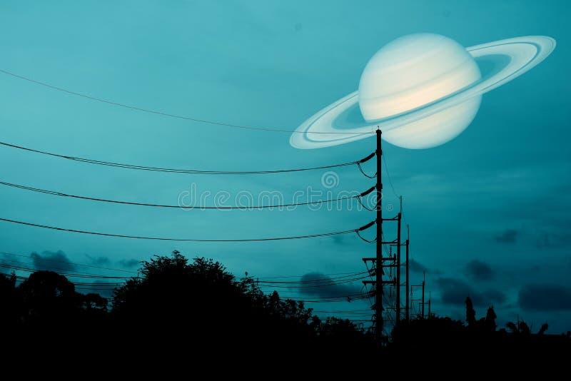 在天空的土星浮游物在一根电杆上的阴影 免版税库存图片