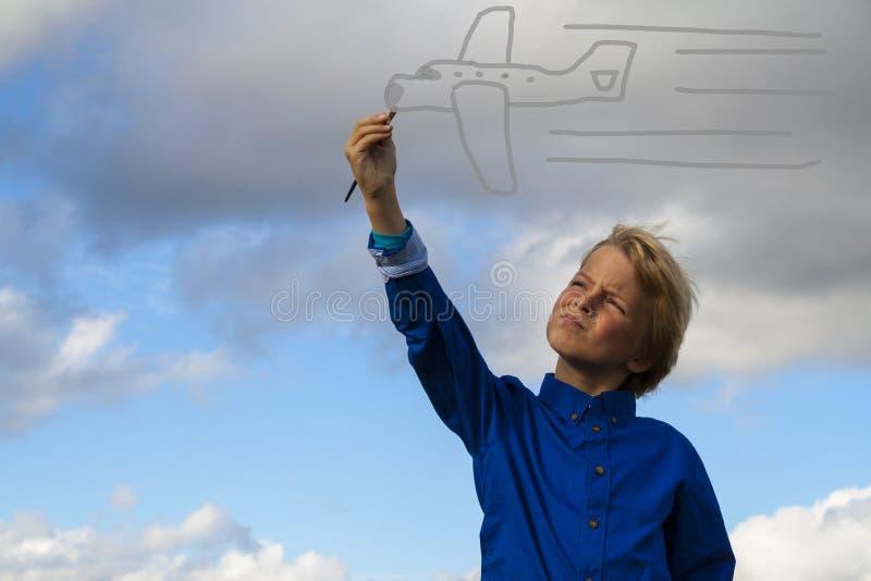 在天空的孩子绘画 免版税图库摄影