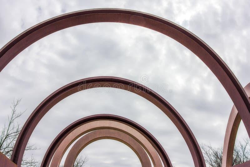 在天空的弯曲的金属射线在高地公园罗切斯特,纽约 免版税图库摄影