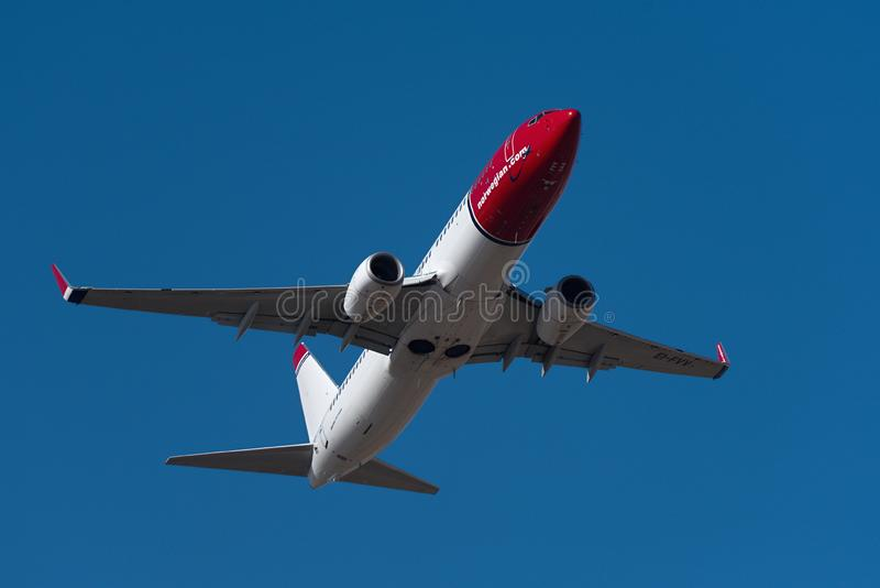 在天空的挪威波音B737-800飞机飞行 挪威语是一家廉价航空公司航空公司 免版税库存照片