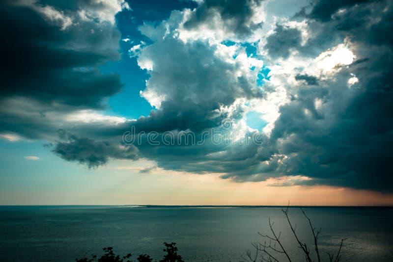 在天空的日落风暴在的里雅斯特 免版税库存照片