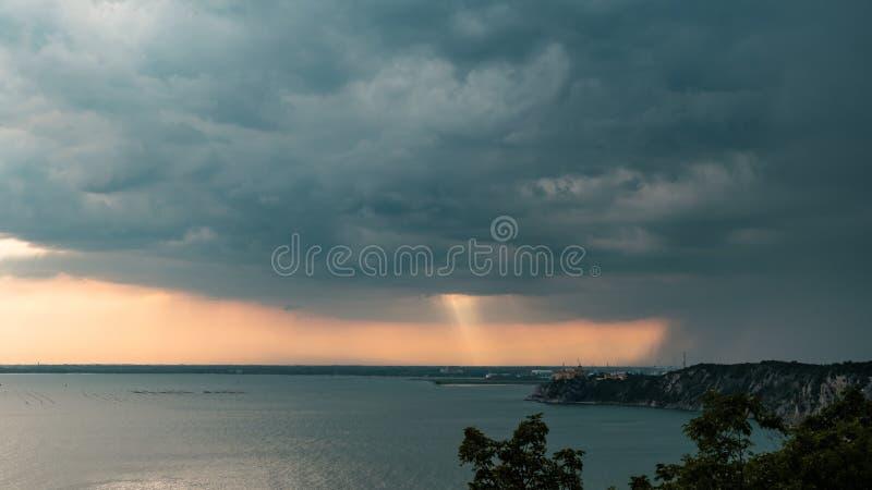 在天空的日落风暴在的里雅斯特 免版税库存图片