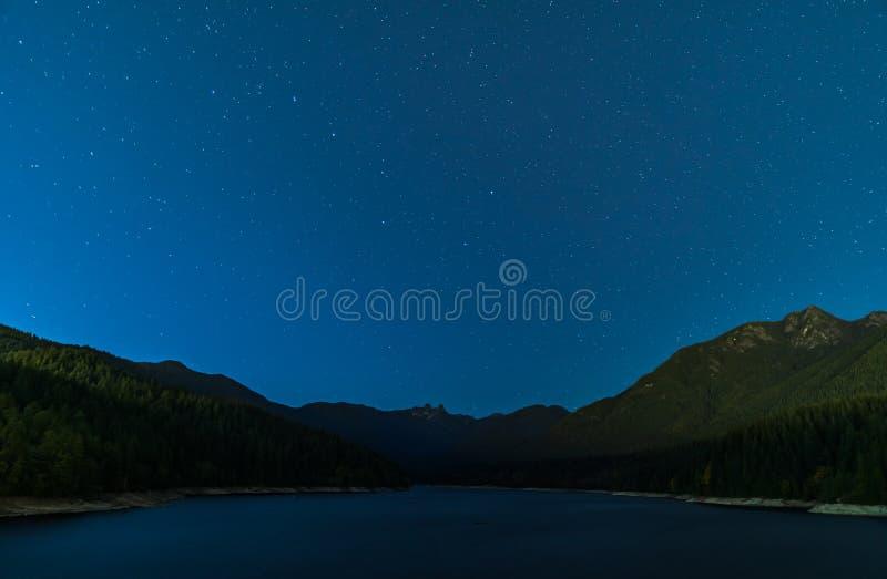 在天空的星在Capilano湖上在北温哥华区加拿大 库存照片