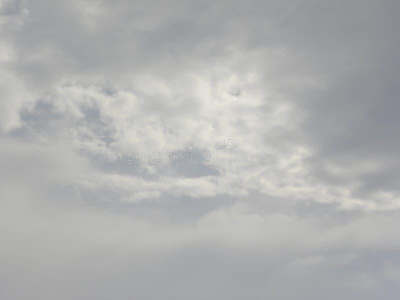 在天空的深灰云彩 免版税图库摄影