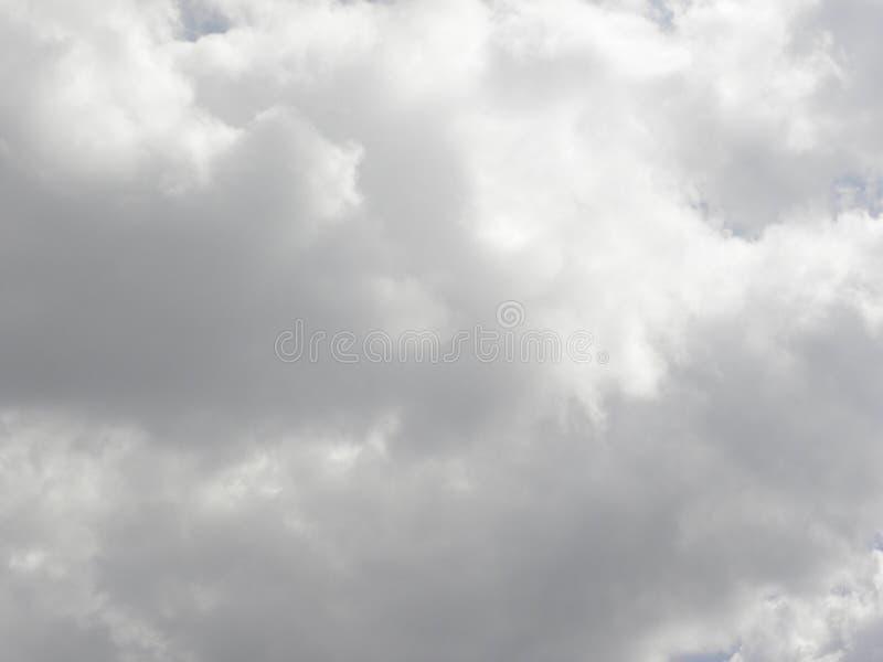 在天空的深灰多雨云彩 免版税库存照片