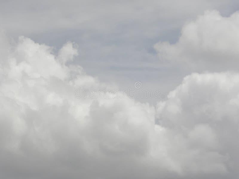在天空的灰色蓬松云彩 图库摄影