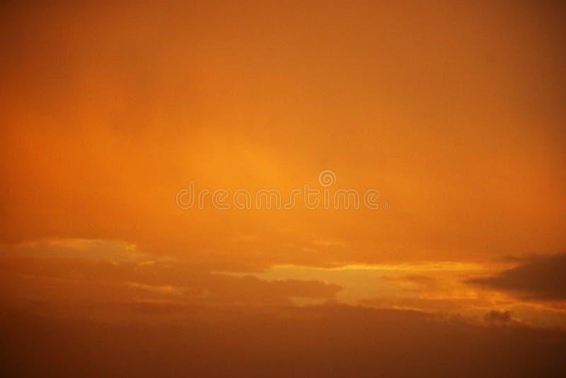 在天空的灿烂光辉与微弱的云彩 库存照片