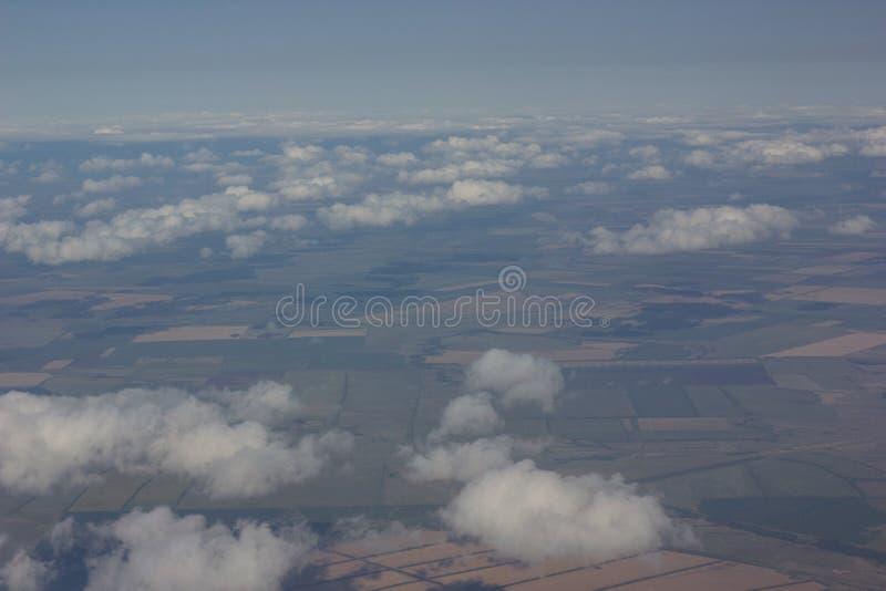 在天空的白色云彩被拍摄在航空器的飞行的高度 库存图片