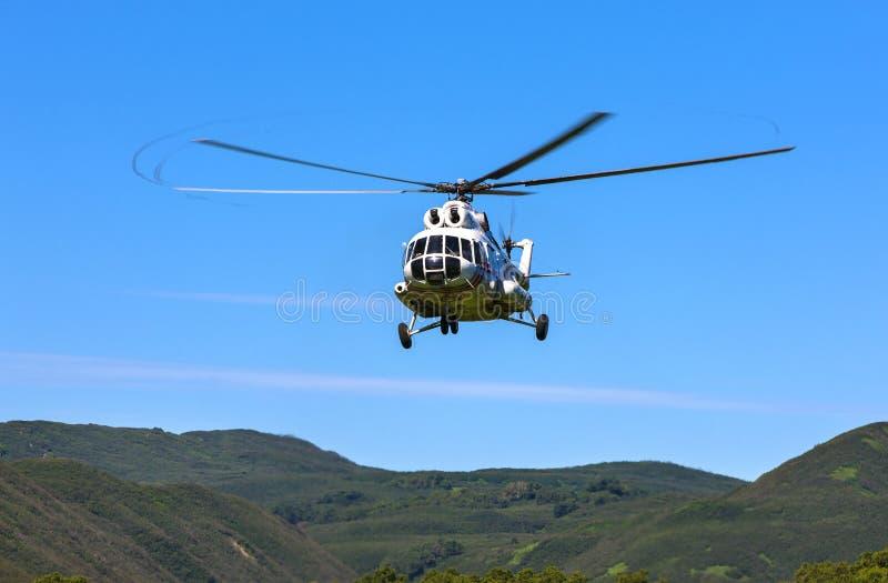 在天空的直升机在方法 免版税图库摄影