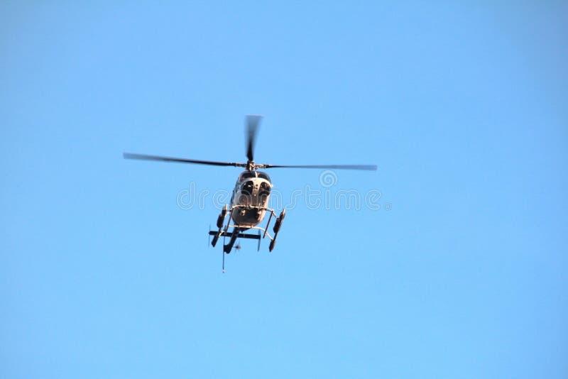 在天空的直升机 库存图片